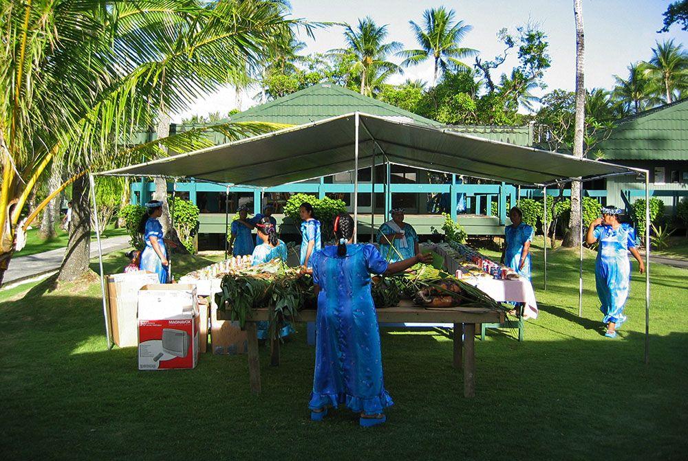 uitstallen van het eten bij een bruiloft op Chuuk