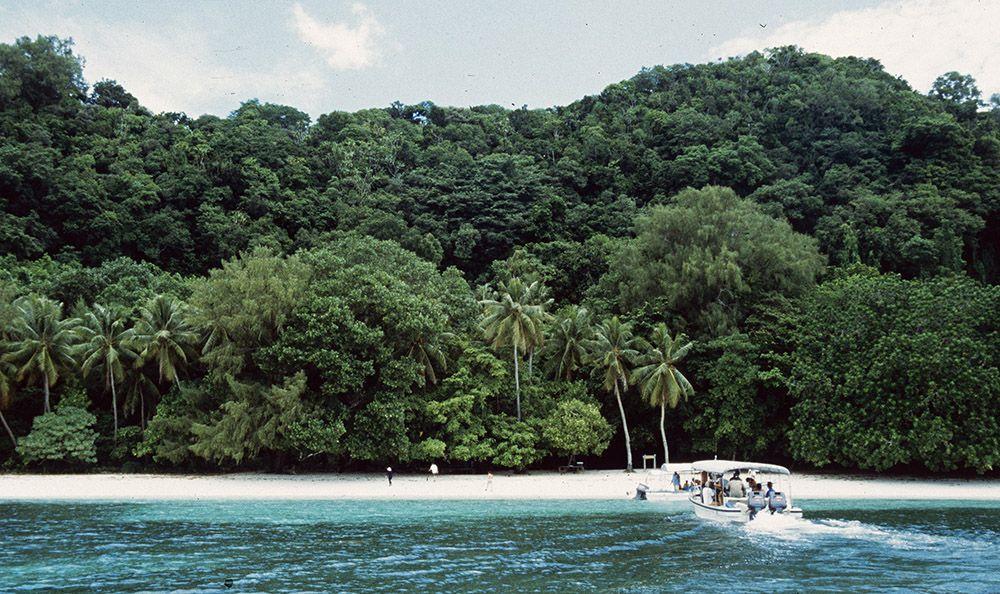 varen naar een van kleinere eilandjes van Palau
