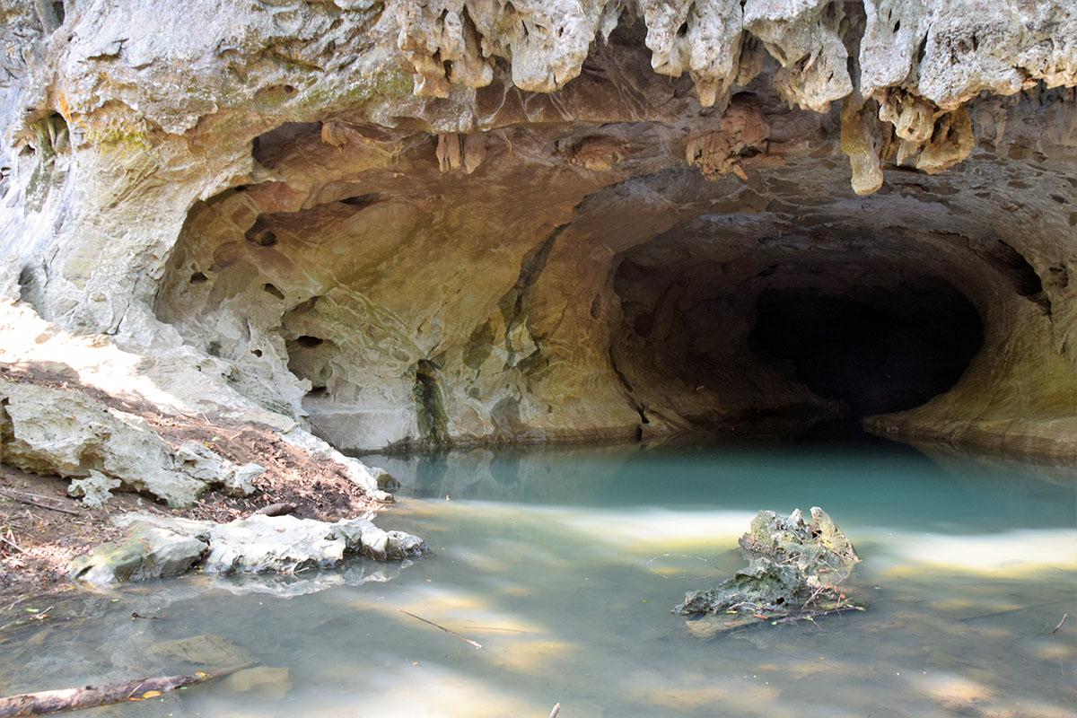 Er zijn veel grotten in Hin Bun National Park.