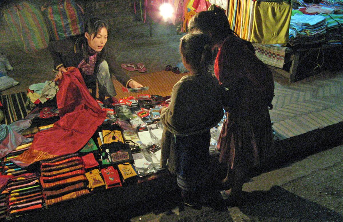 Straatverkoopster bij night market in Luang Prabang.