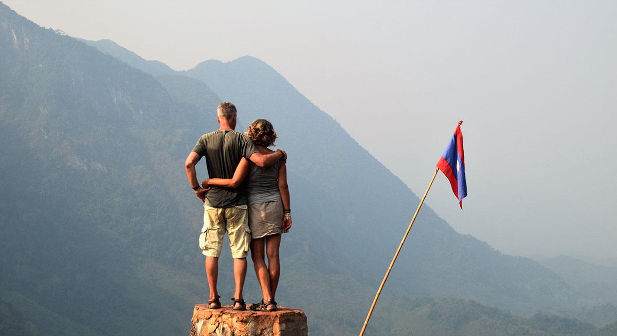 Toeristen genieten van het uitzicht bij Nong Khiaw.