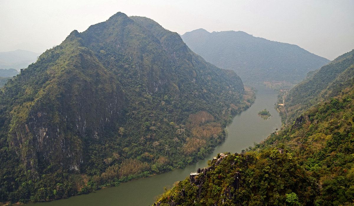 Karstbergen rondom de rivier bij Nong Khiaw.