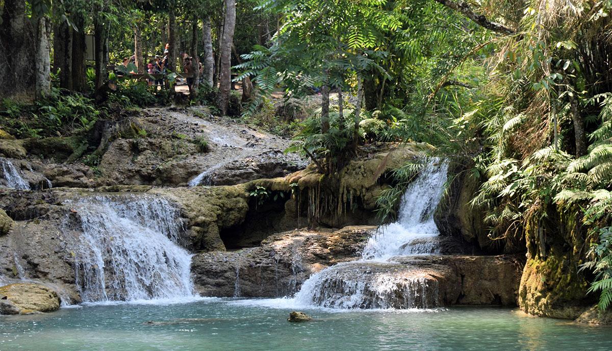 Bij de watervallen kan men zwemmen.