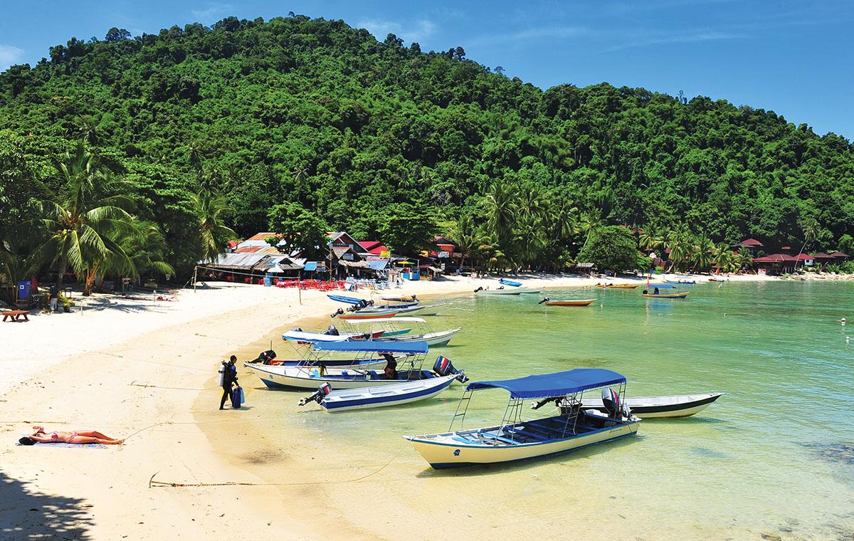 Bootjes bij strand van de Perhentian eilanden.