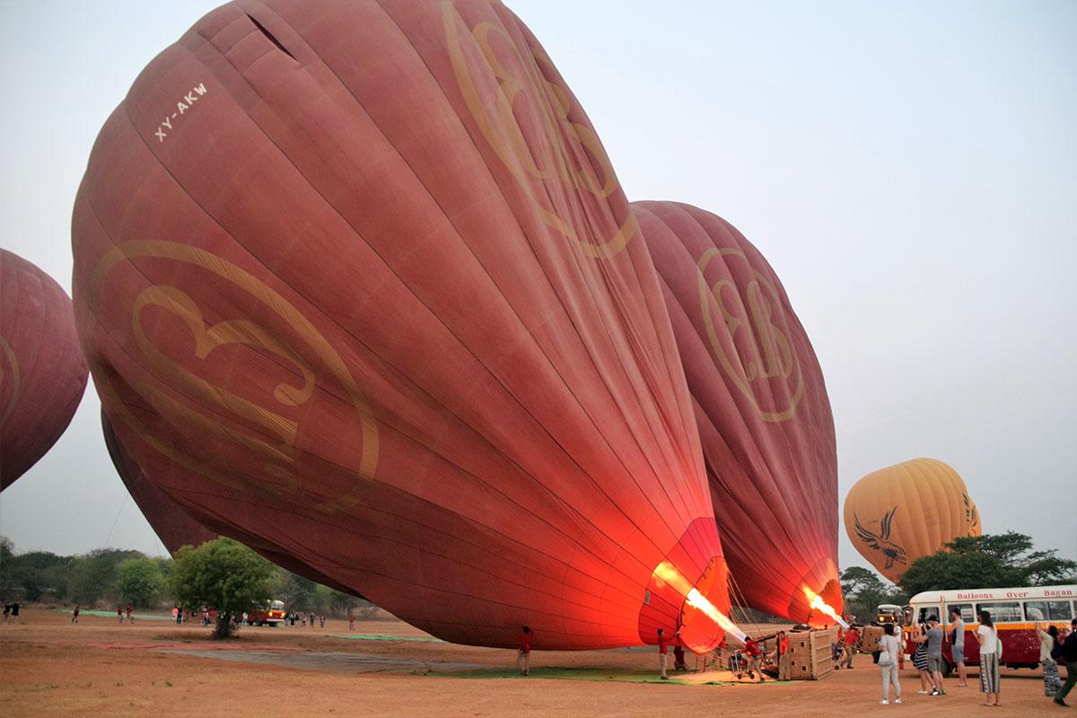 Voorbereidingen voor de ballonvlucht boven Bagan.