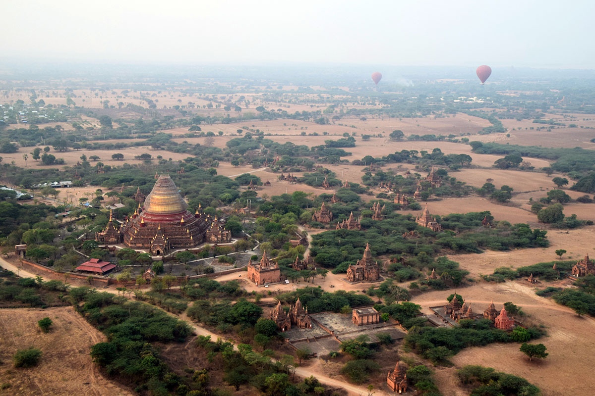 Ballonvlucht boven tempels van Bagan.