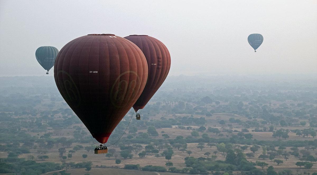 Diverse ballonnen tijdens ballonvlucht boven Bagan.
