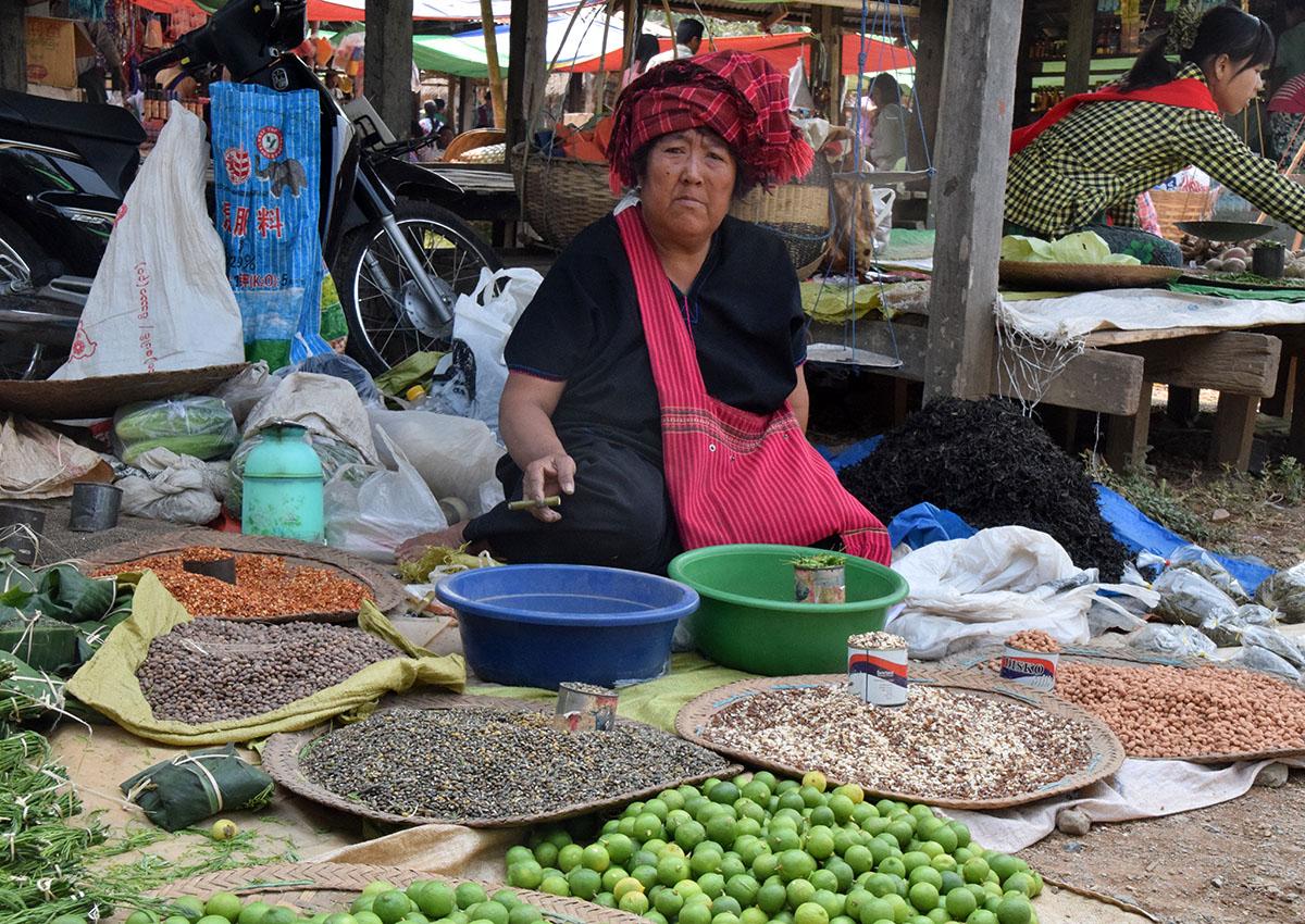 Handelsvrouw op markt bij het Inle Lake in Myanmar.