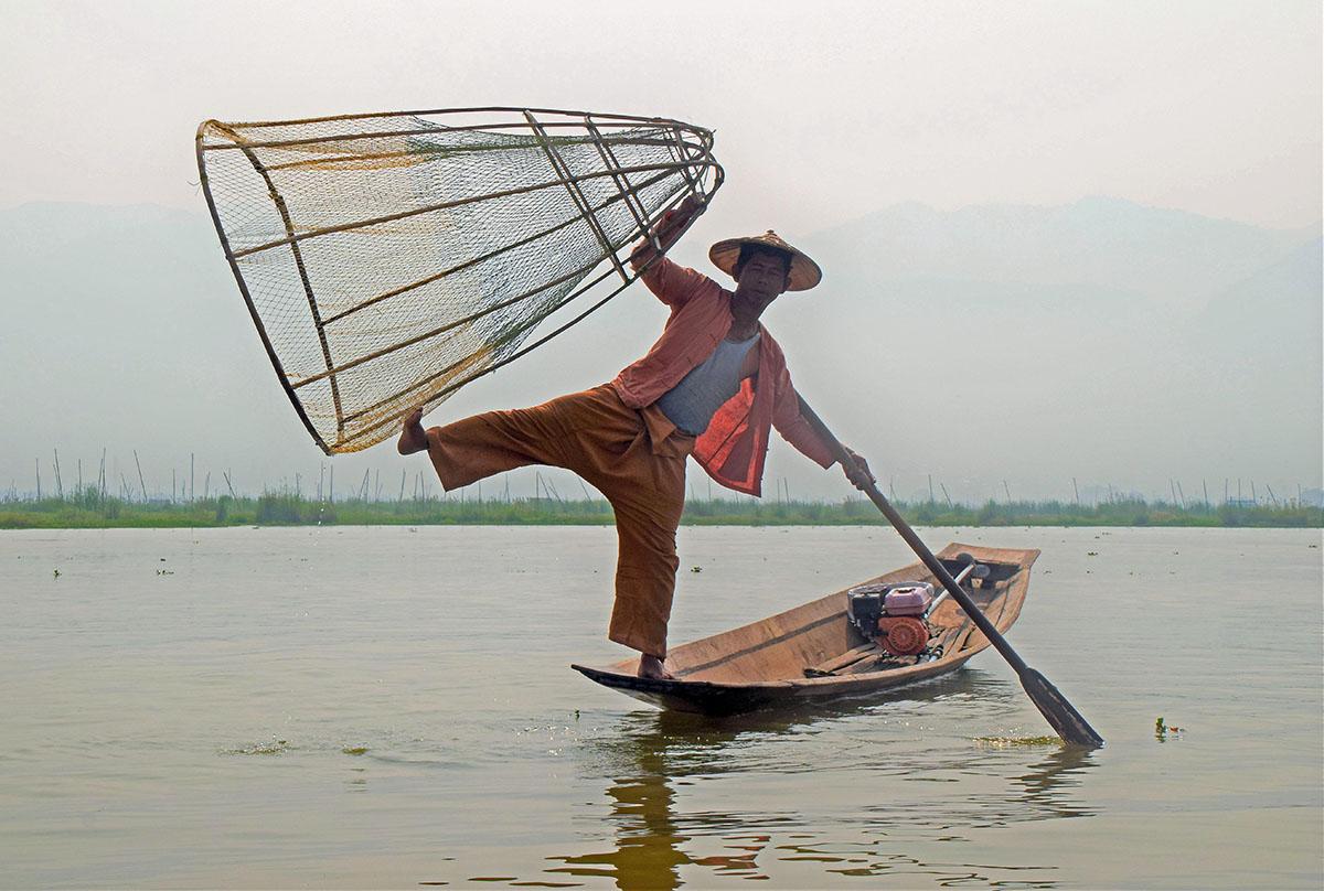 De traditionele visser van het Inle Lake is behendig.