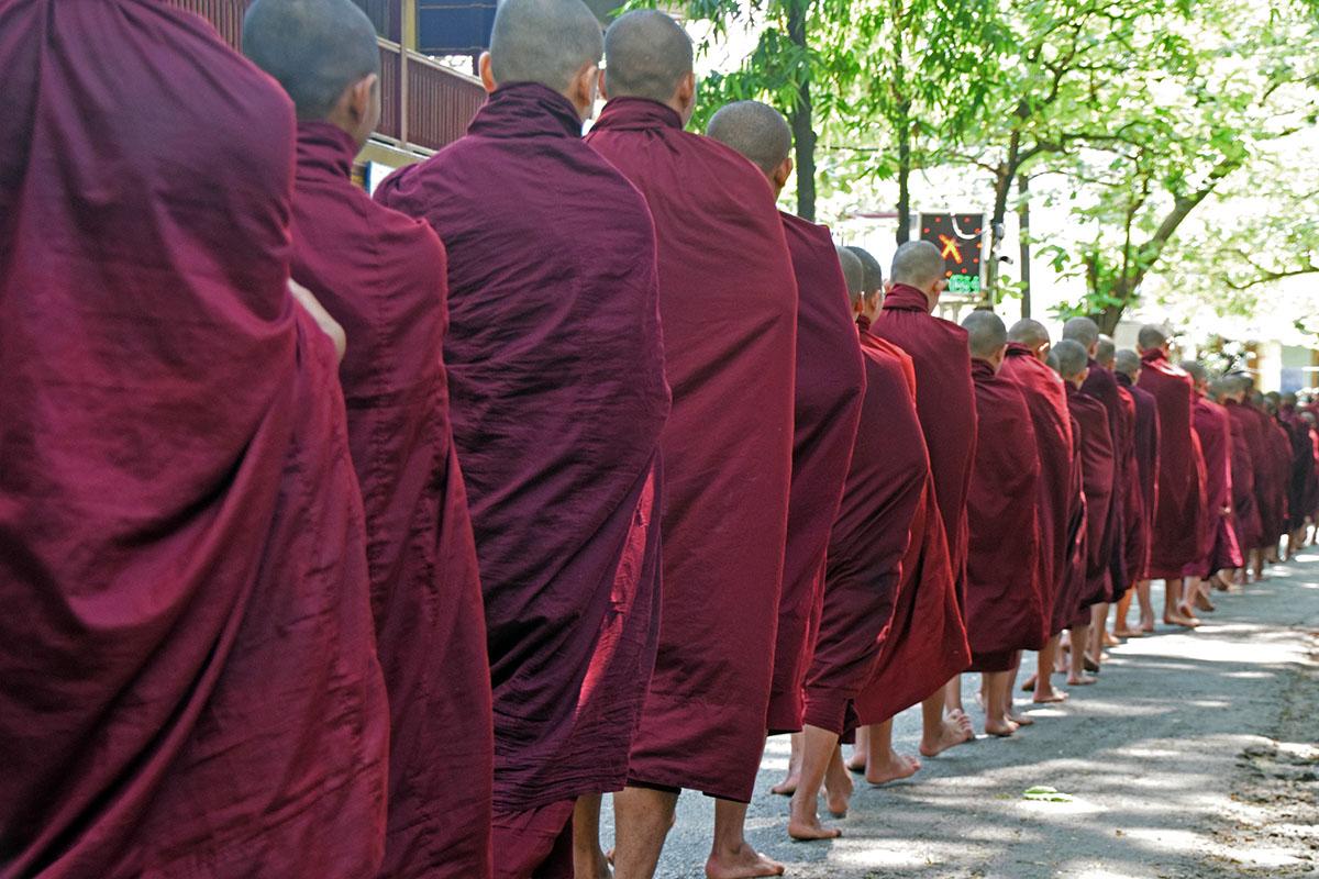 rij monniken wacht om mahagandayon monastery in te gaan voor lunch.