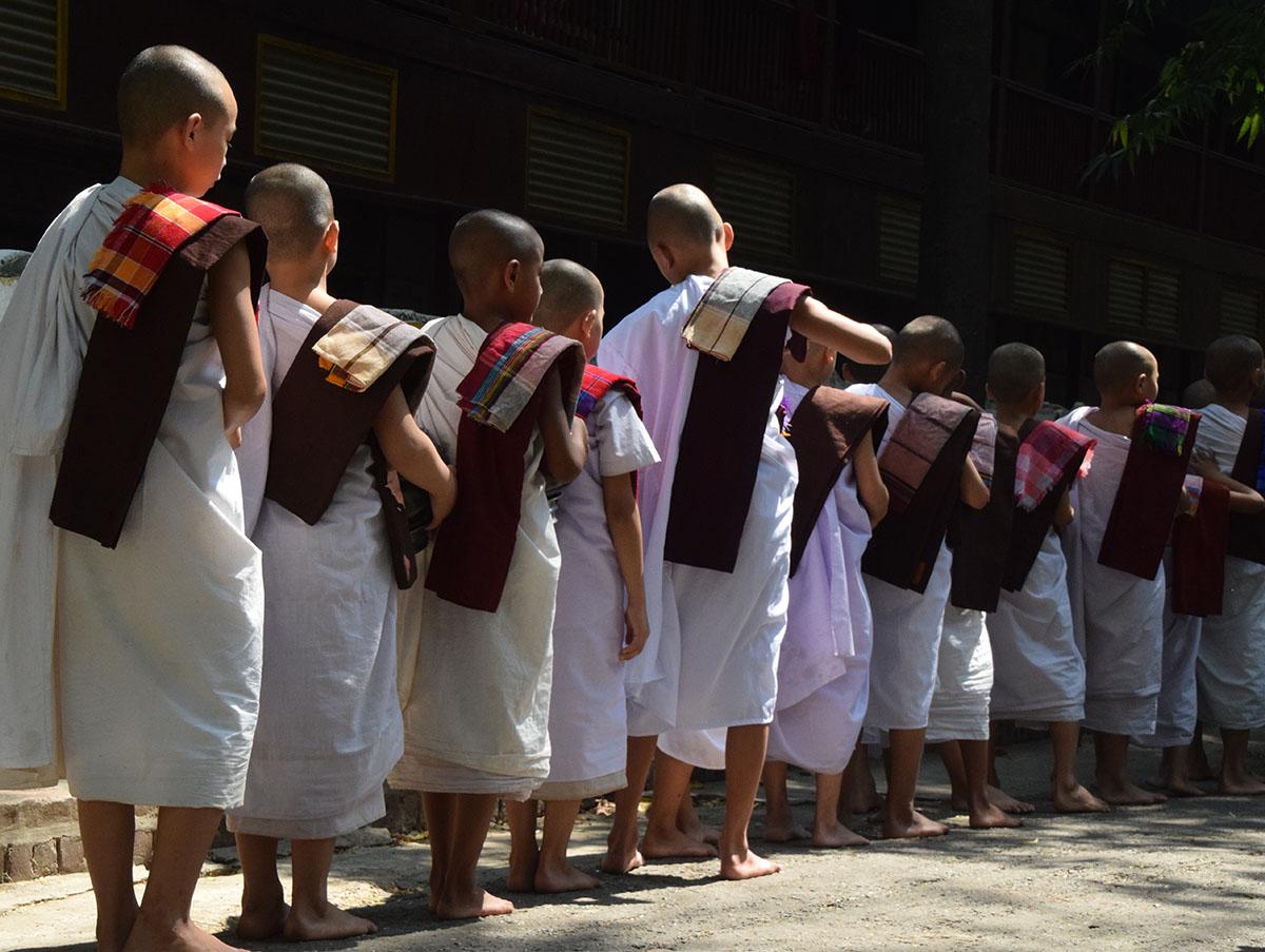 In wit geklede monniken bij de mahagandayon monastery.