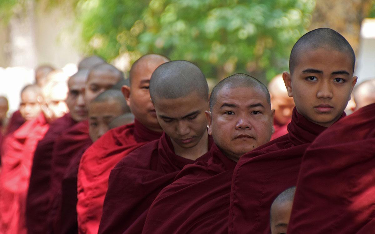 Monniken in de rij bij Mahagandayon Monastery in Myanmar,