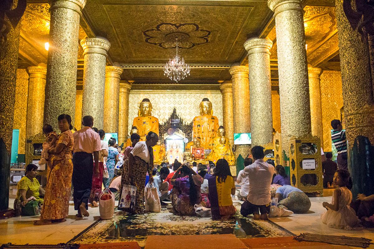 Gebed in tempel bij de Shwedagon Paya.