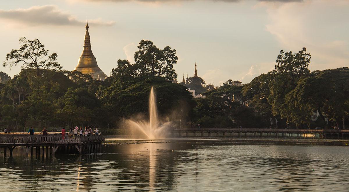 meer met fontein met op achtergrond de Shwedagon Paya.