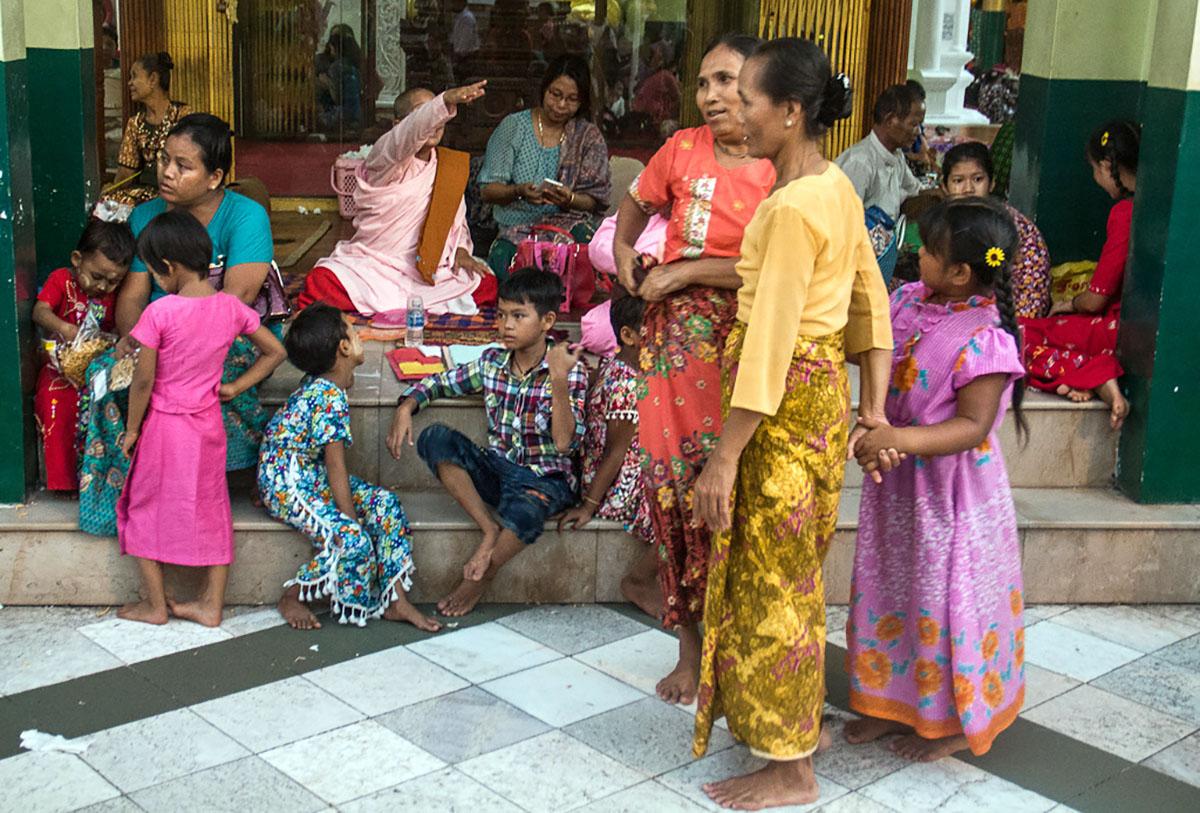 Bevolking bij de Shwedagon Paya in Yangon.