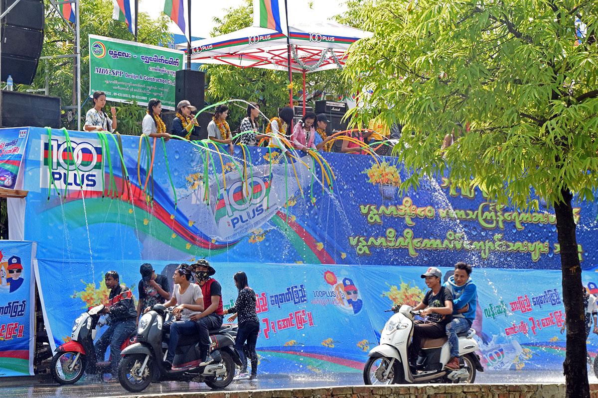 Thingyan in Myanmar is een meerdaags waterspektakel.