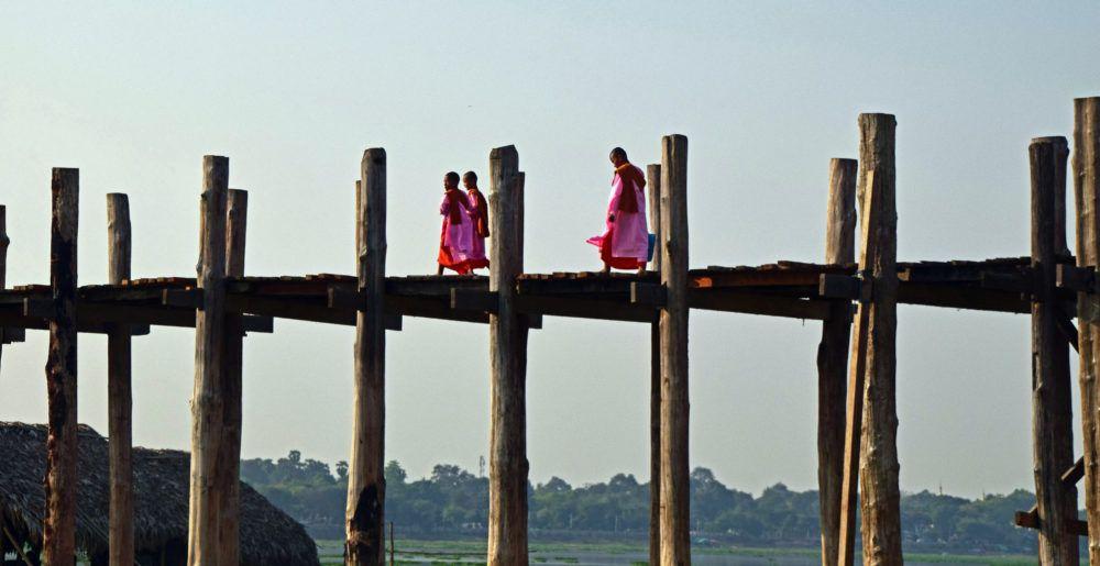 Monniken op de teakhouten U-Bein Bridge bij Mandalay.