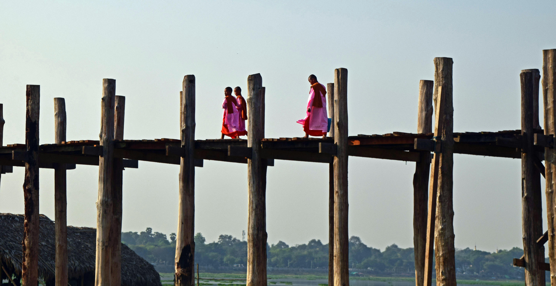 Over De U Bein Bridge Lopen Bij Zonsondergang Grijsopreisnl