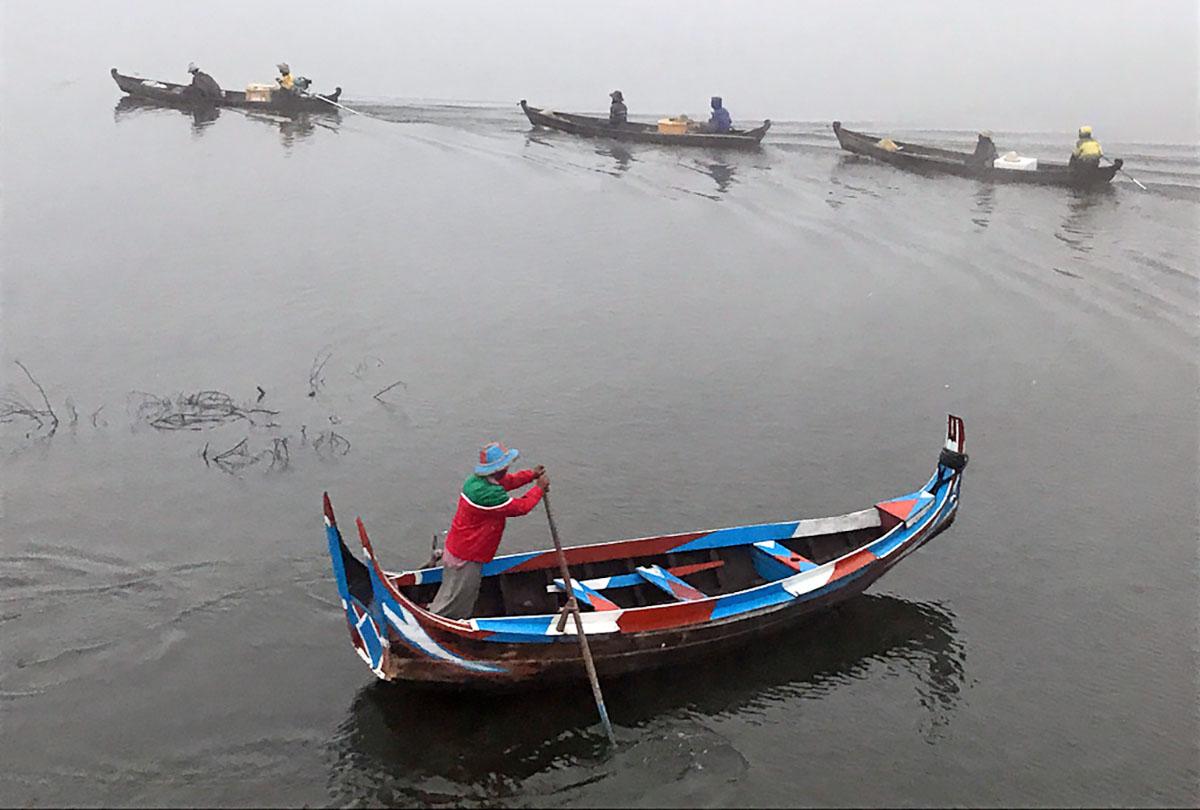 Visssers op het meer bij de U-Bein bridge in Myanmar.
