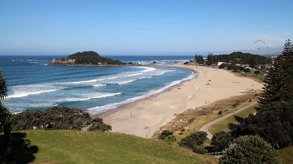 de kust en het strand bij Tauranga, Nieuw-Zeeland.