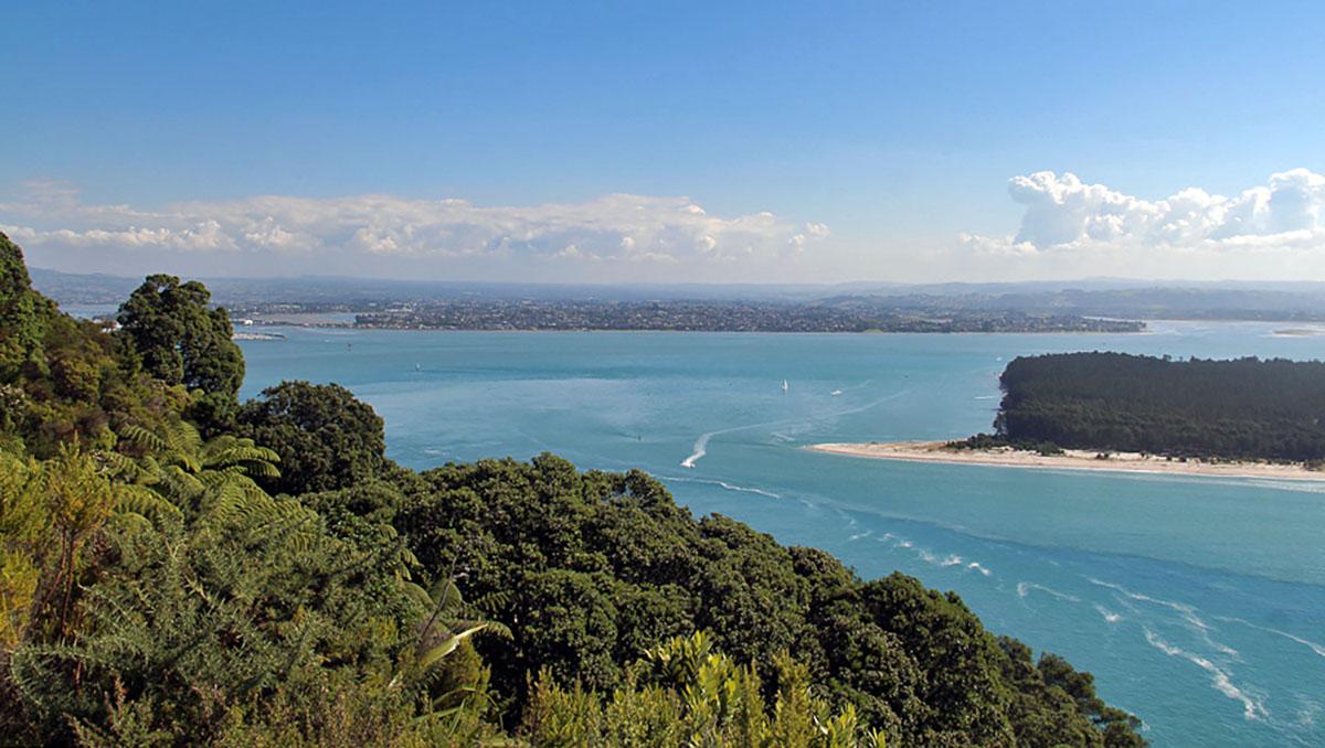 Mooi uitzicht vanaf de berg op de zee bij Tauranga, Nieuw-Zeeland.