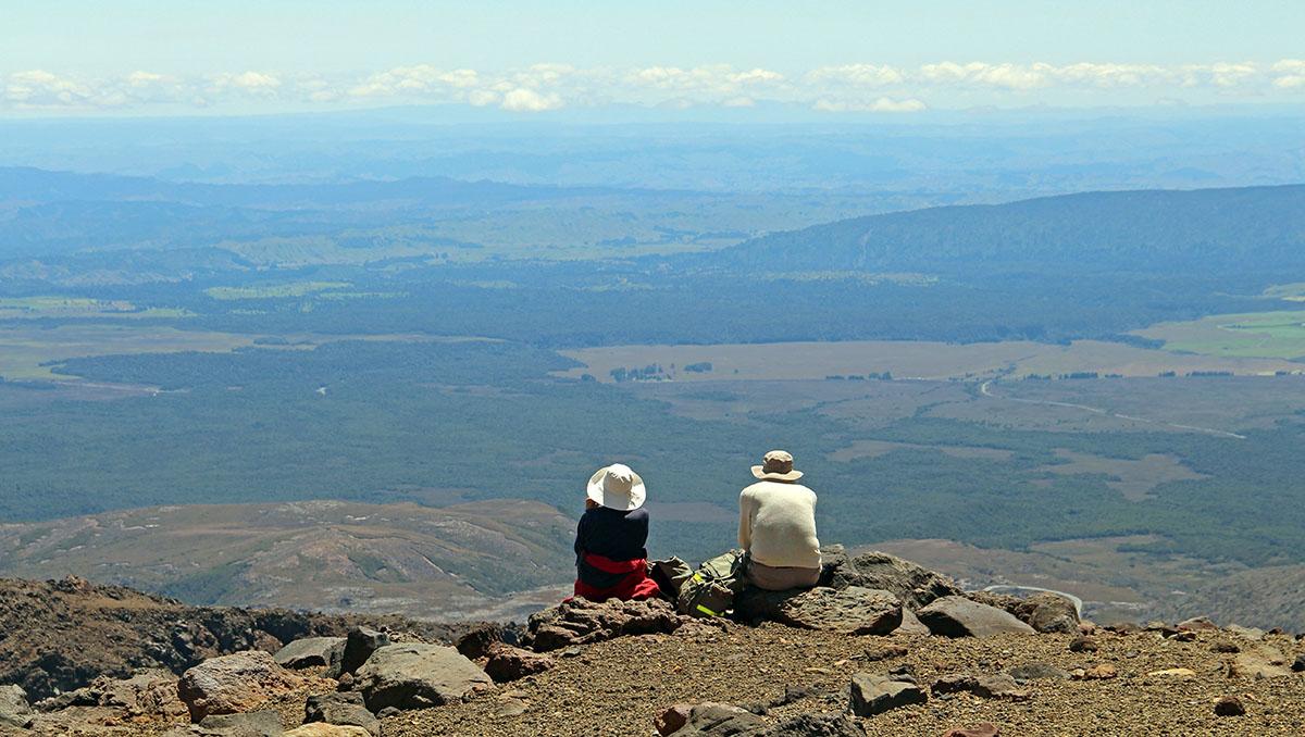 Wandelaars rusten uit op berg bij Tongariro NP Nieuw-Zeeland.