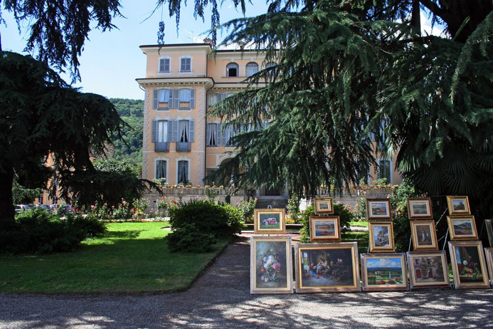 Schilderijen in tuin van landhuis in Strena, Italië.