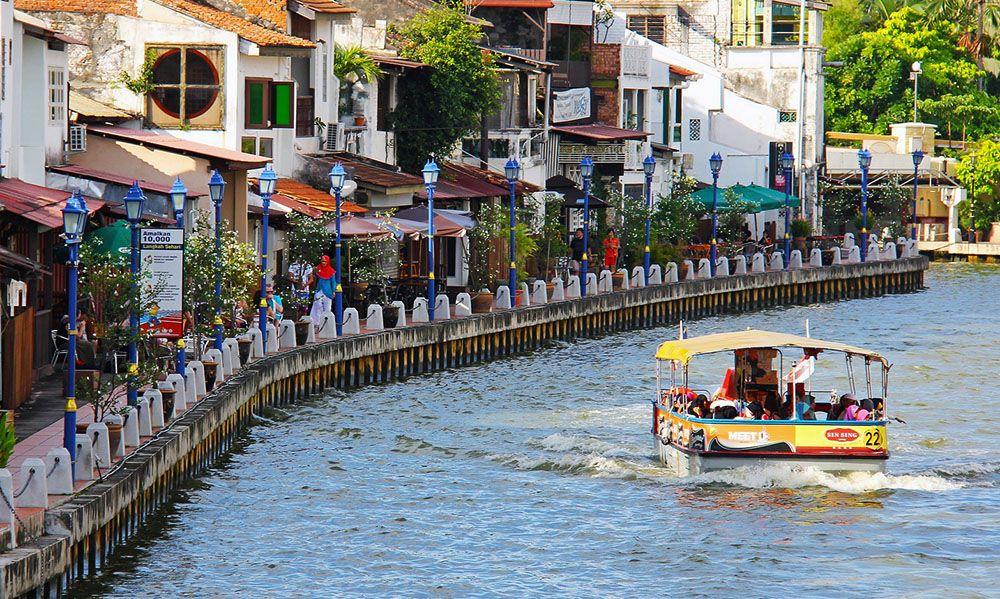 Bootje op de Malakka rivier in Maleisië