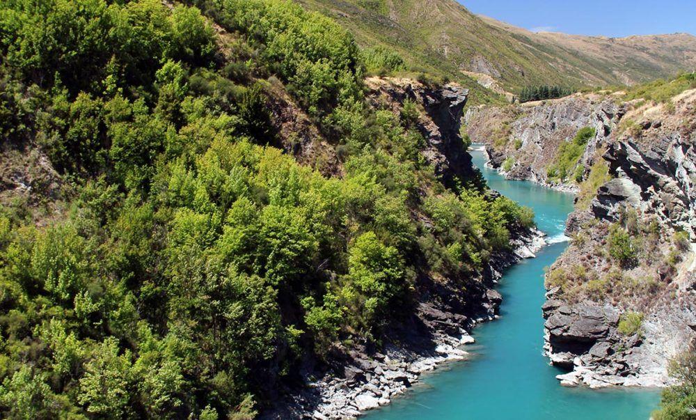 Rivier in ruig landschap in Nieuw-Zeeland.