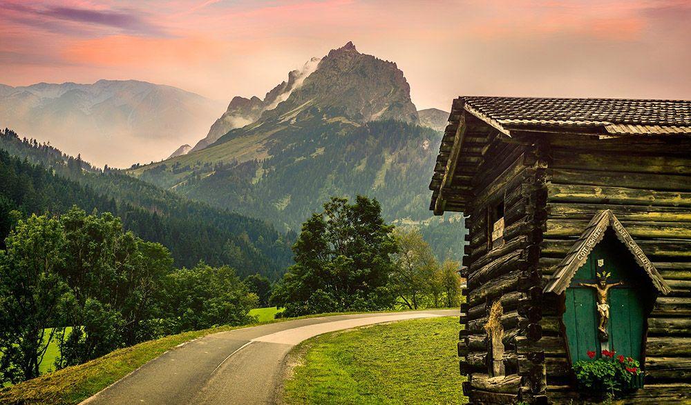 Hutje aan een bergweg in Oostenrijk