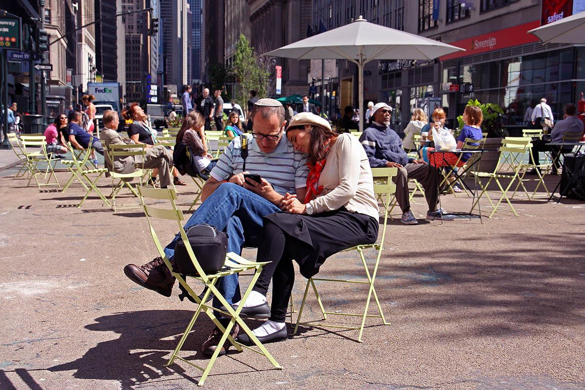 Echtpaar op pleintje in hartje centrum New York