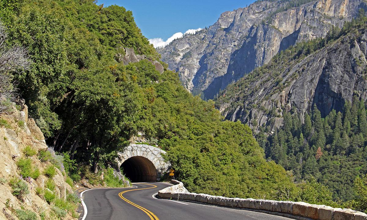 Slingerende weg door Yosemite National Park, Californië