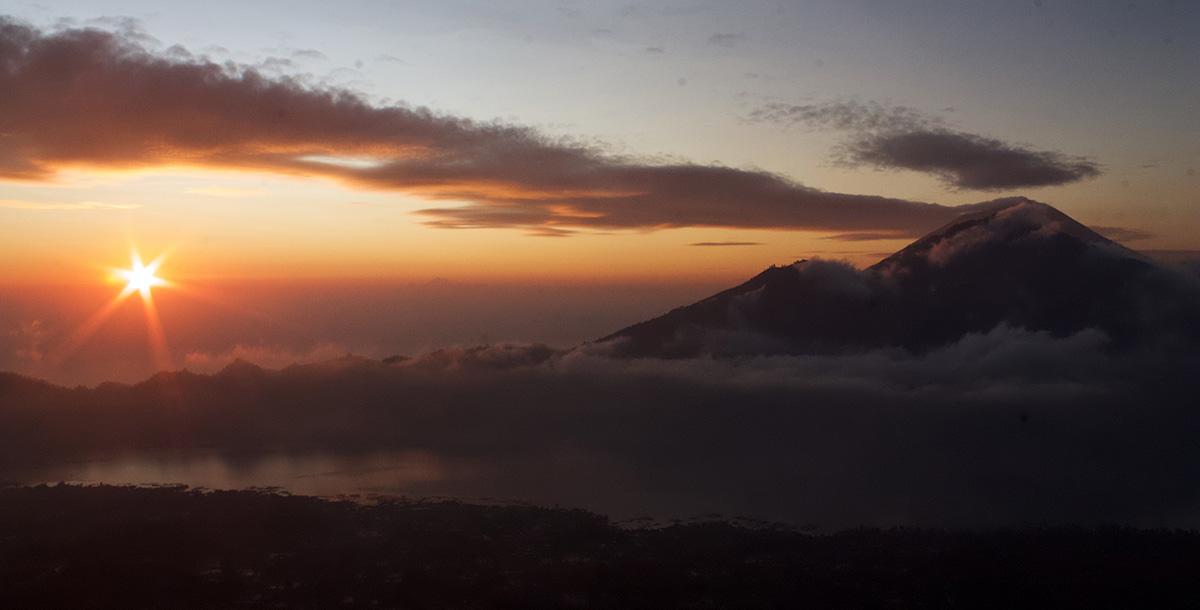 Wandelen op Bali bij zonsopkomst op Mount Batur.