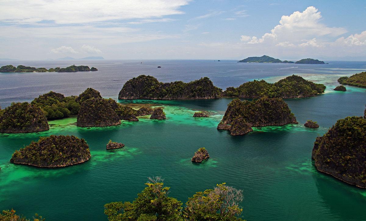 De schitterende eilandjes van Raja Ampat zijn bezienswaardigheden op zich.