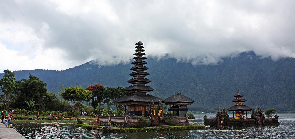 Tempel aan de rand van water op Bali