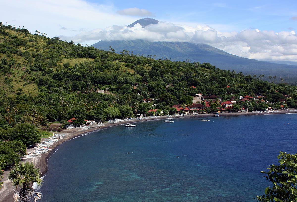 De kustlijn van Bali.