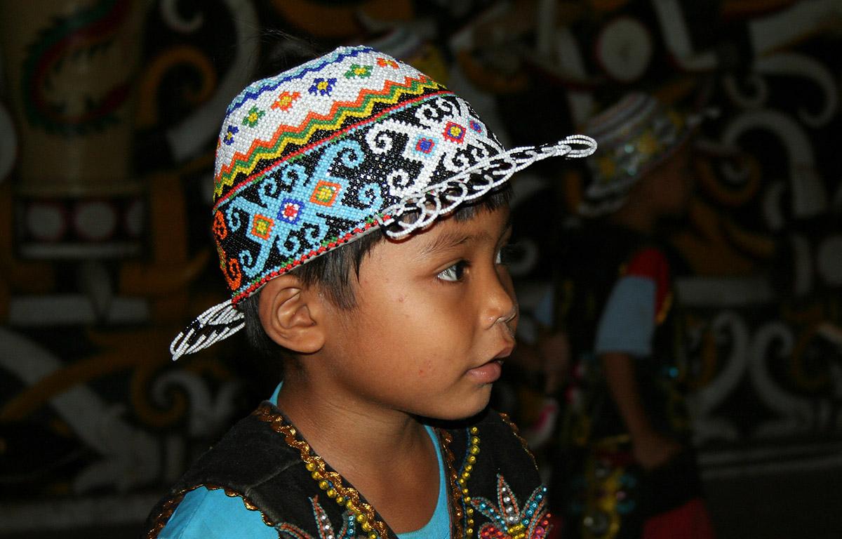 Jongetje met fraai borduurde hoed op Kalimantan.