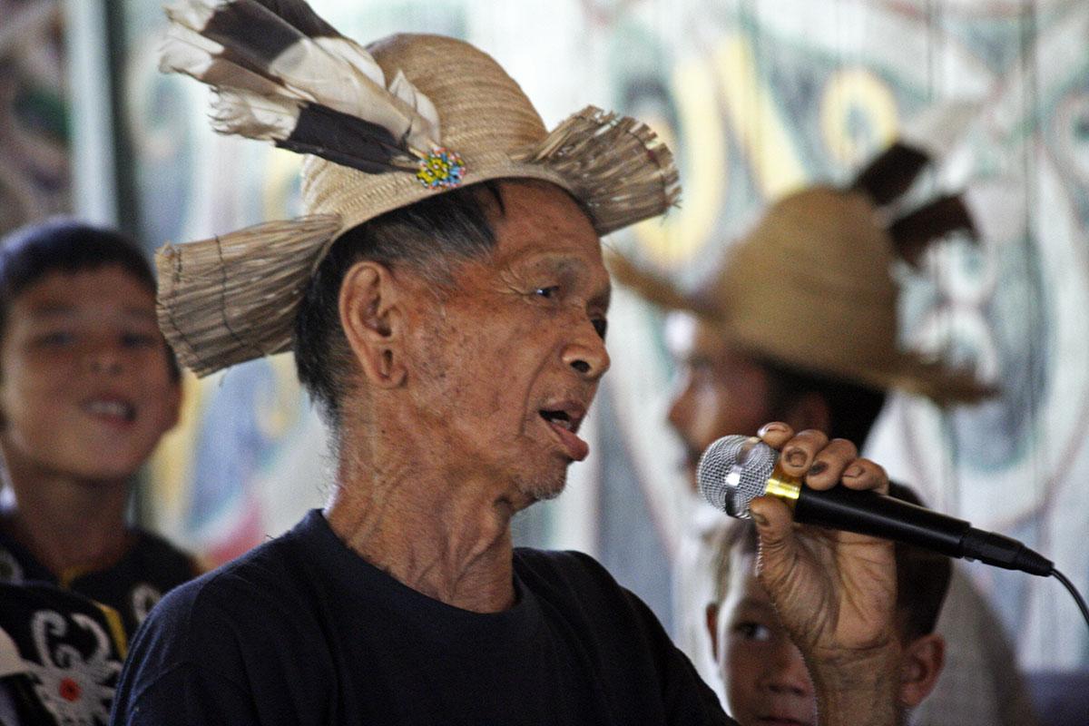 Zanger met hoed tijdens festival op Kalimantan.
