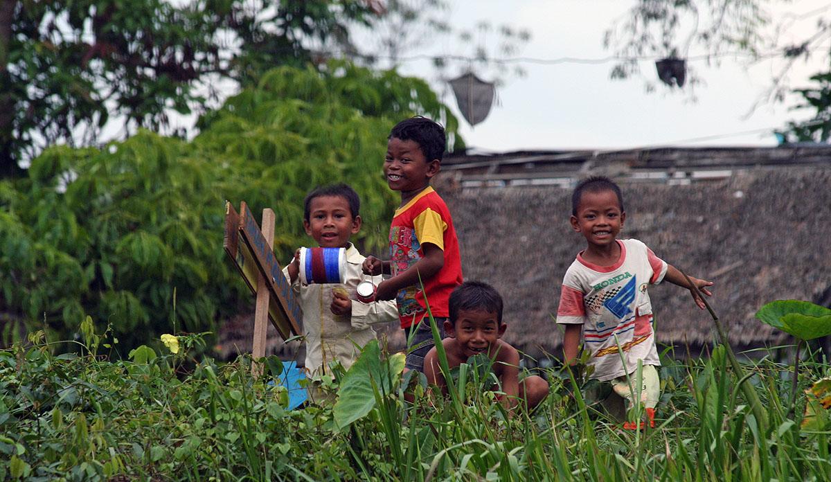 Spelende kinderen op Kalimantan.