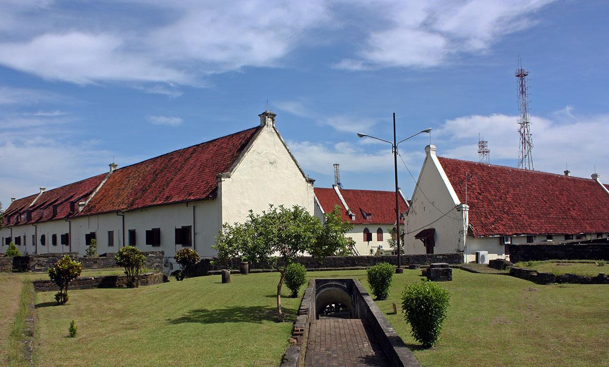 Witte gebouwen met rode daken op Sulawesi.