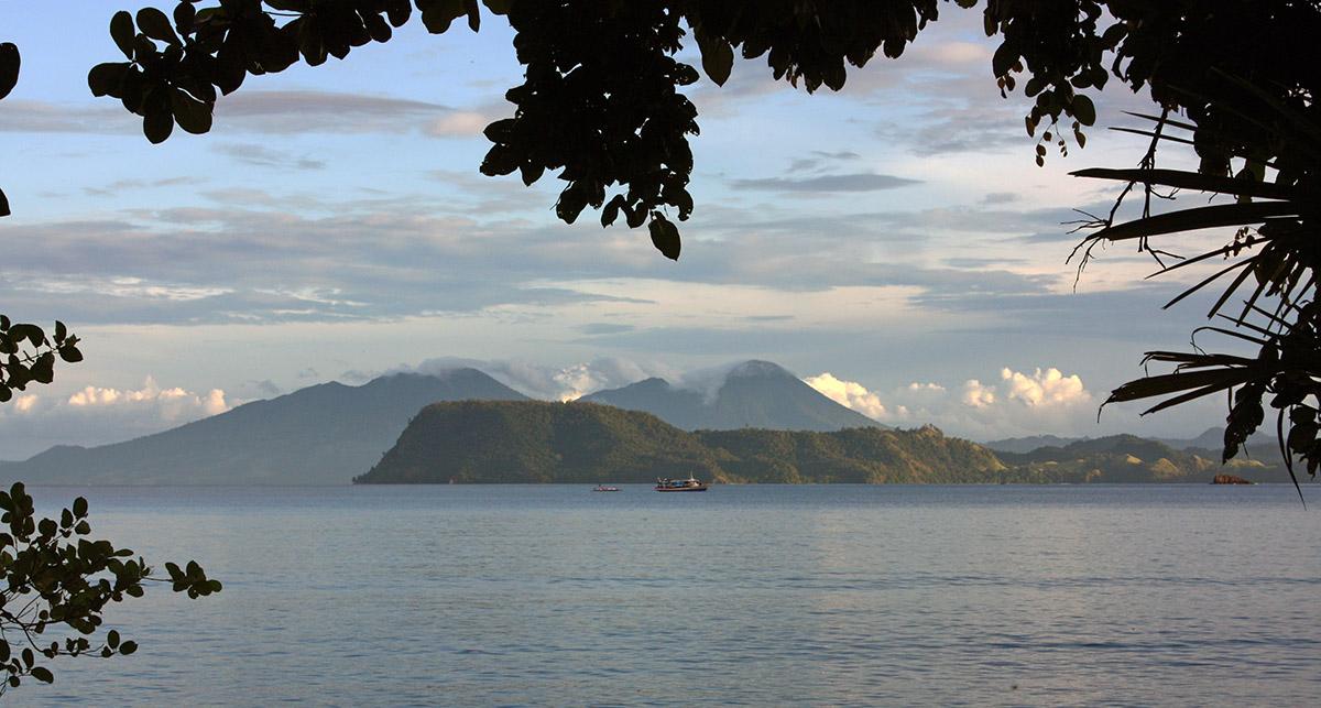 Zee met op achtergrond bergen op Sulawesi.