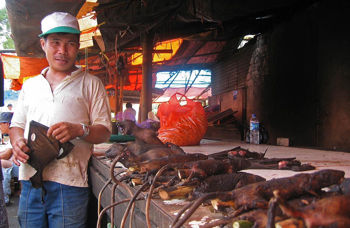 Man verkoopt geroosterde ratten op markt in Sulawesi.