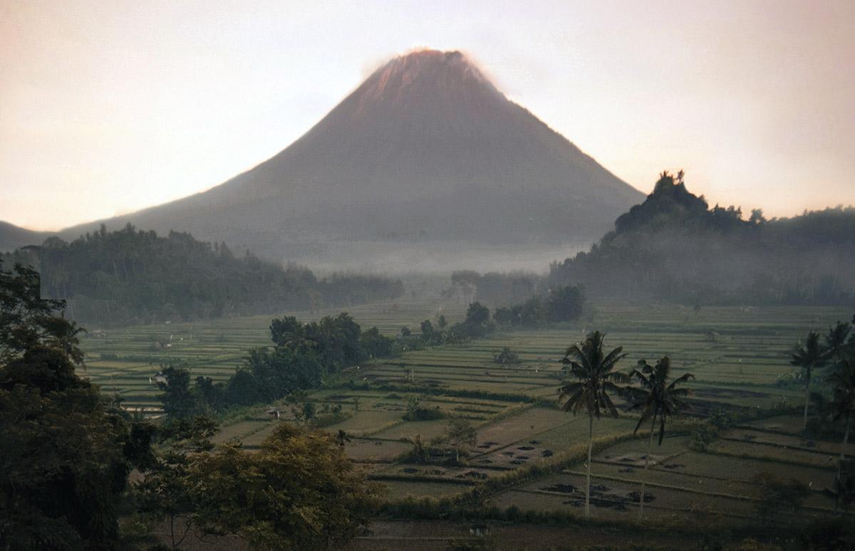 Vulkaan in ochtendnevel in Indonesië.