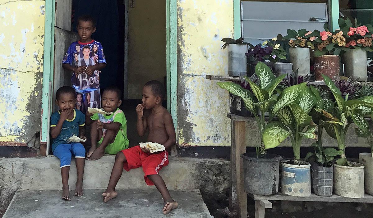 Kinderen in deurpost op West-Papua