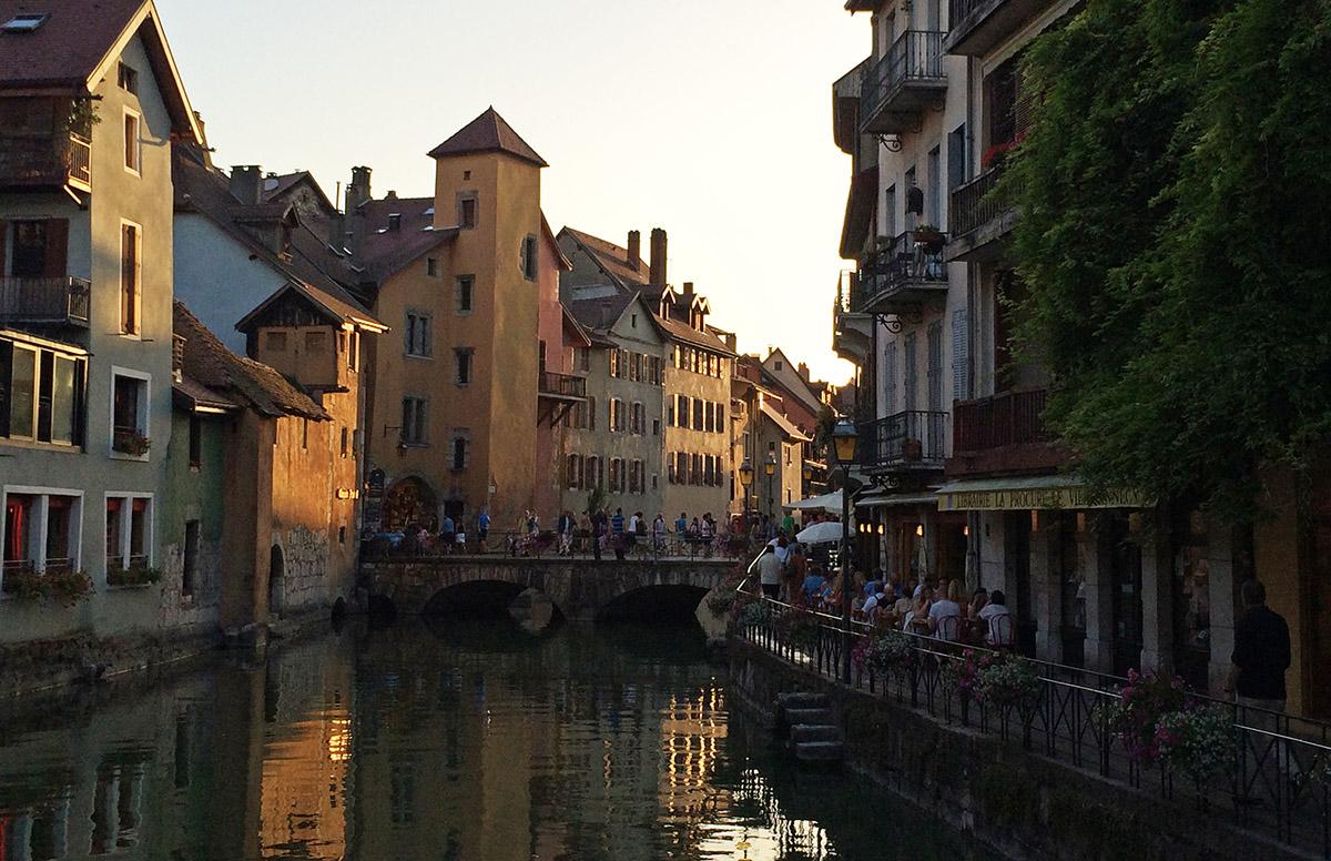Het gezellige centrum van Annecy trekt veel bezoekers.