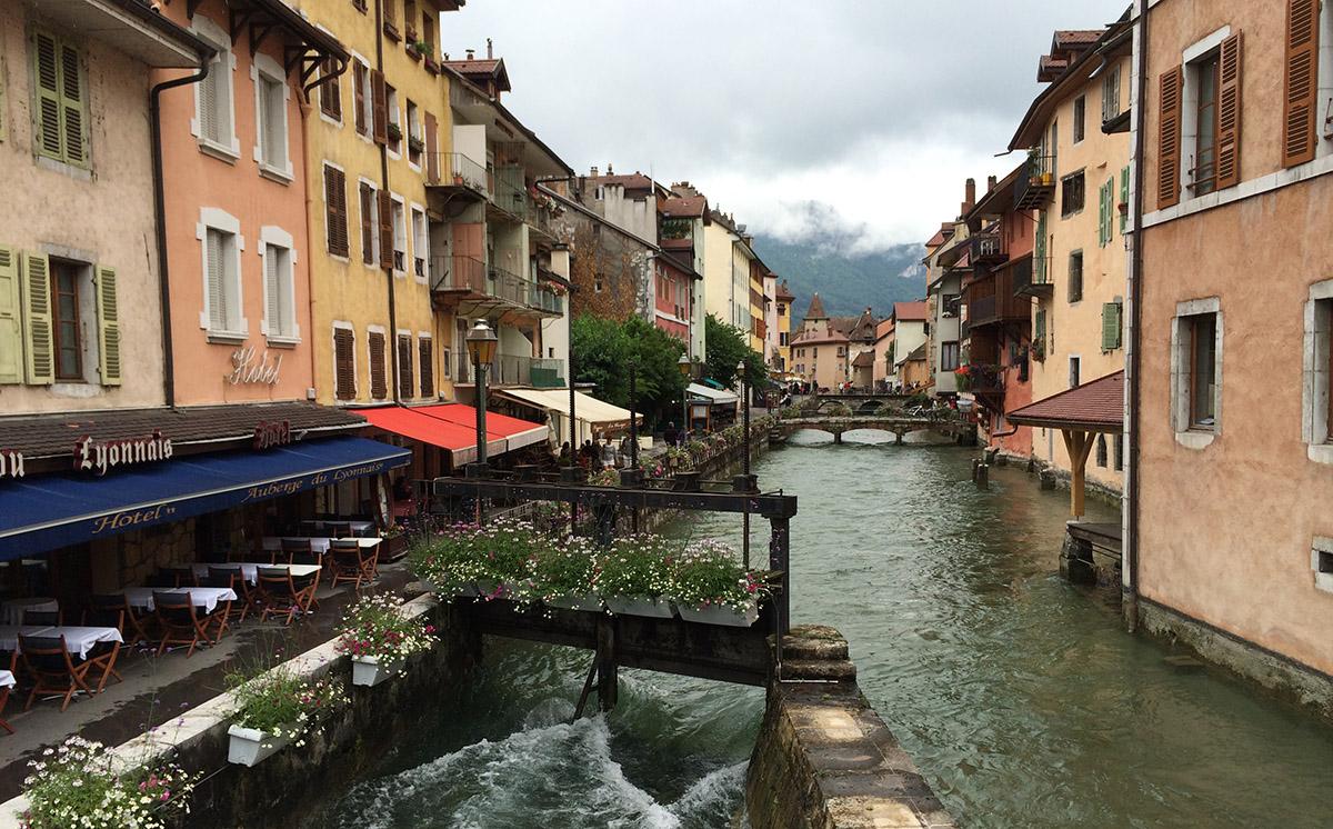 Terrassen aan de rivier in het centrum van Annecy