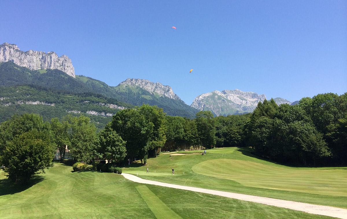 Prachtige golfbaan bij Annecy met bergen op de achtergrond.