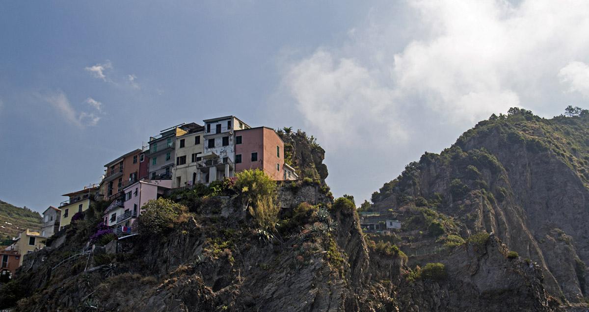 Corniglia, een van de vijf cinque terre, ligt hoog op een rots.
