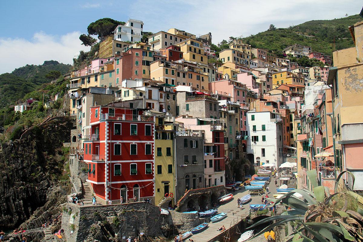 Riomaggiore kent veel kleurrijke huizen die tegen de bergwand liggen.