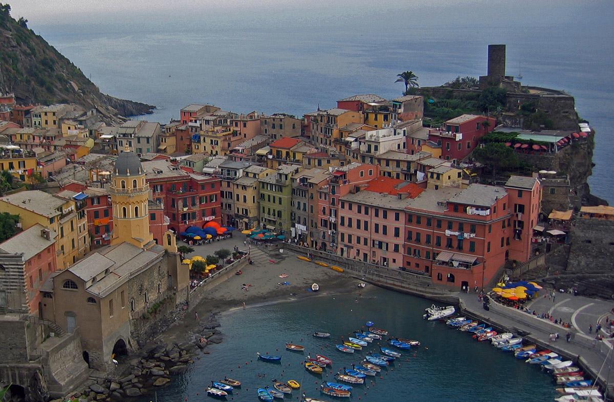 Het uitzicht op een van de vijf cinque terre Vernazza is adembenemend mooi.